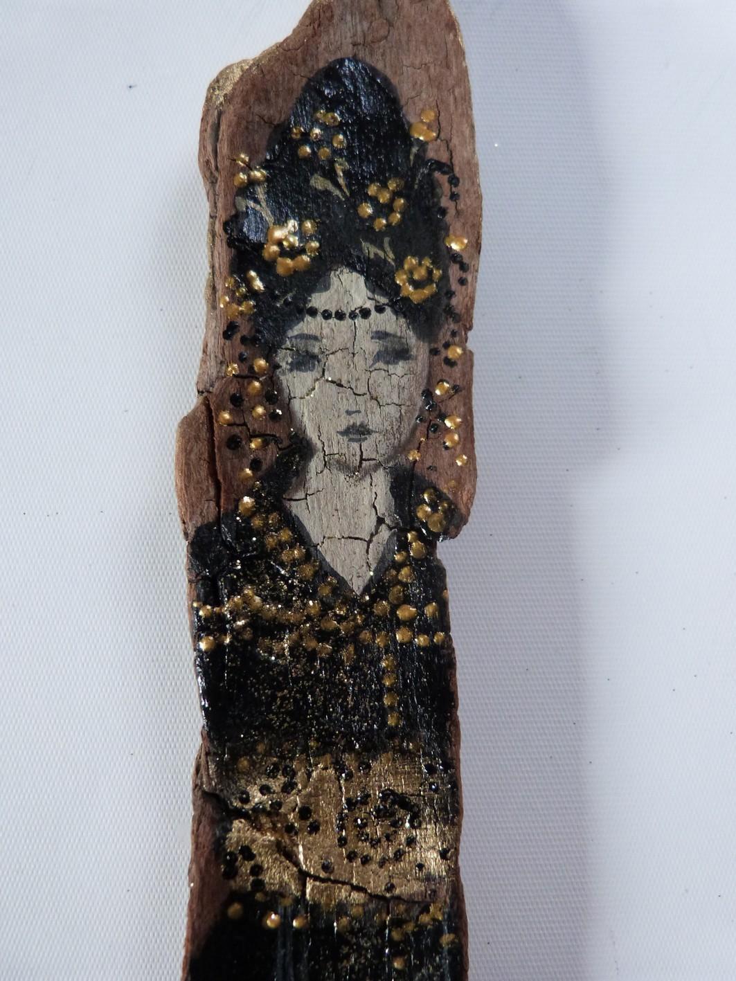 Personnage f minin sur bois flott loetitia pillault pivoine for Peinture sur bois flotte