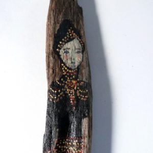 Personnage féminin rétro et baroque sur bois flotté. La passante.