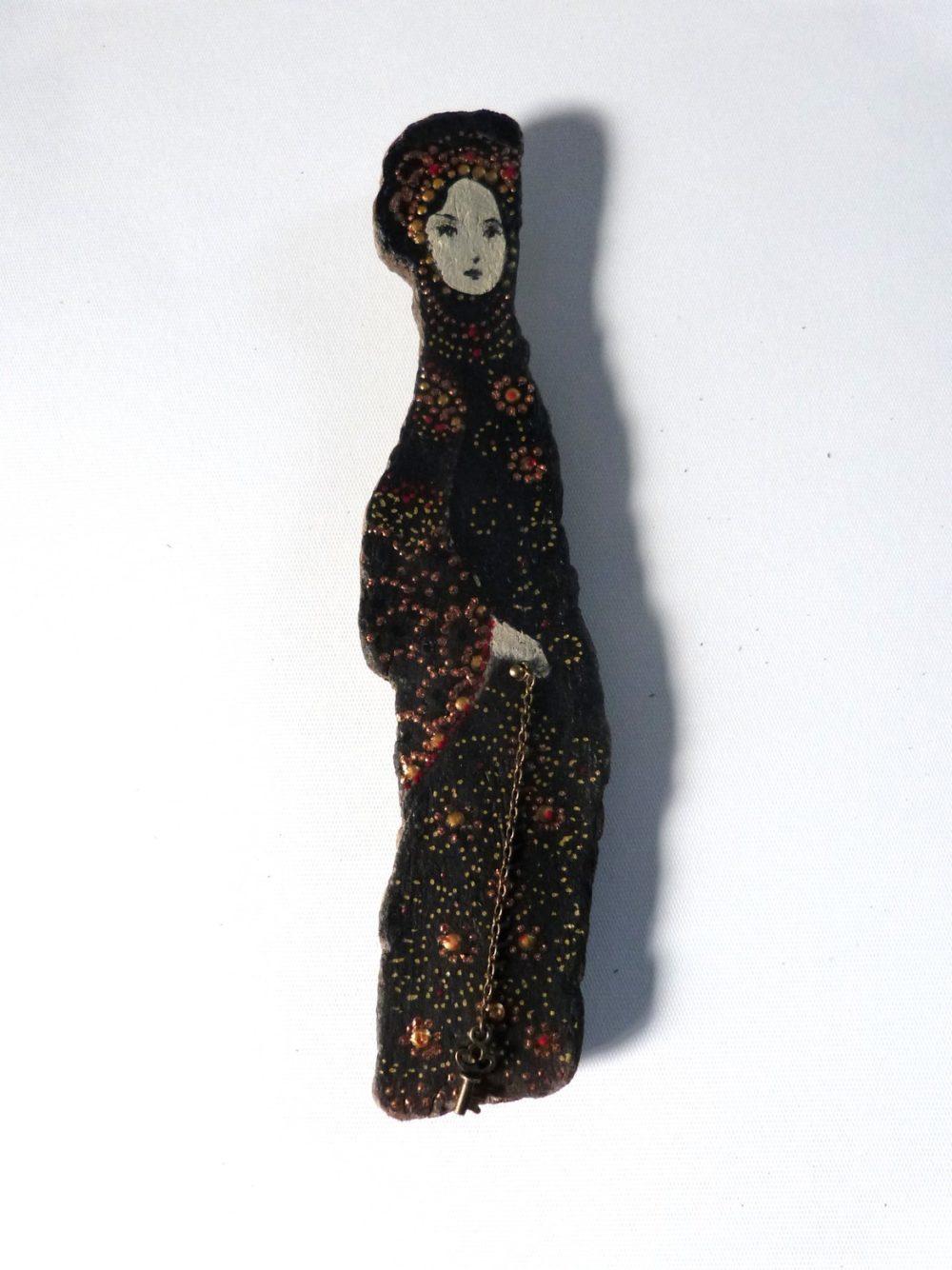 Personnage féminin poétique sur une écorce de bois flotté. Miléna.