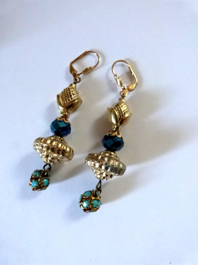 Boucles d'oreilles bohèmes indiennes coloris doré et bleu.
