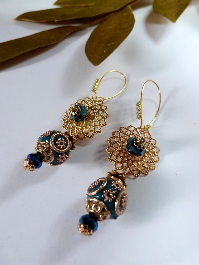 Boucles d'oreilles à perles indiennes coloris doré et bleu.