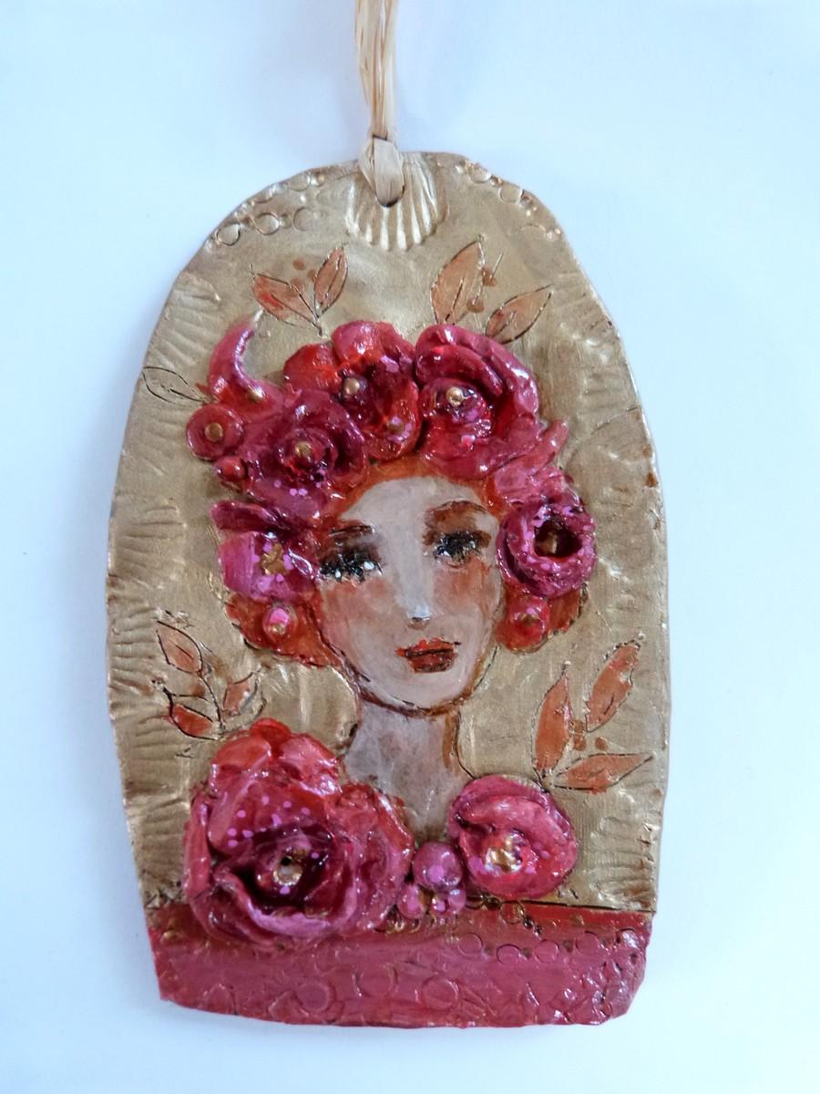 Femme et fleurs en argile peinte, bas relief romantique